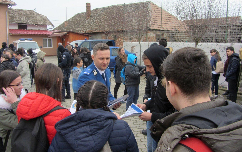 Demonstraţia Jandarmeriei la liceul pecican (GALERIE FOTO)