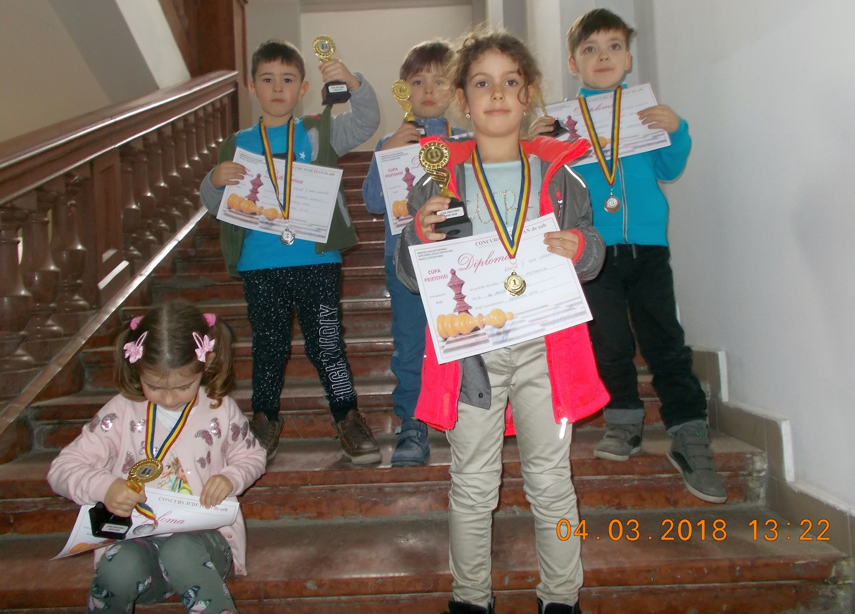 Succes pentru cei mai mici şahişti (GALERIE FOTO)