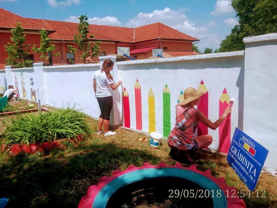 Voluntare din patru ţări lucrează cu copii din Pecica (GALERIE FOTO)