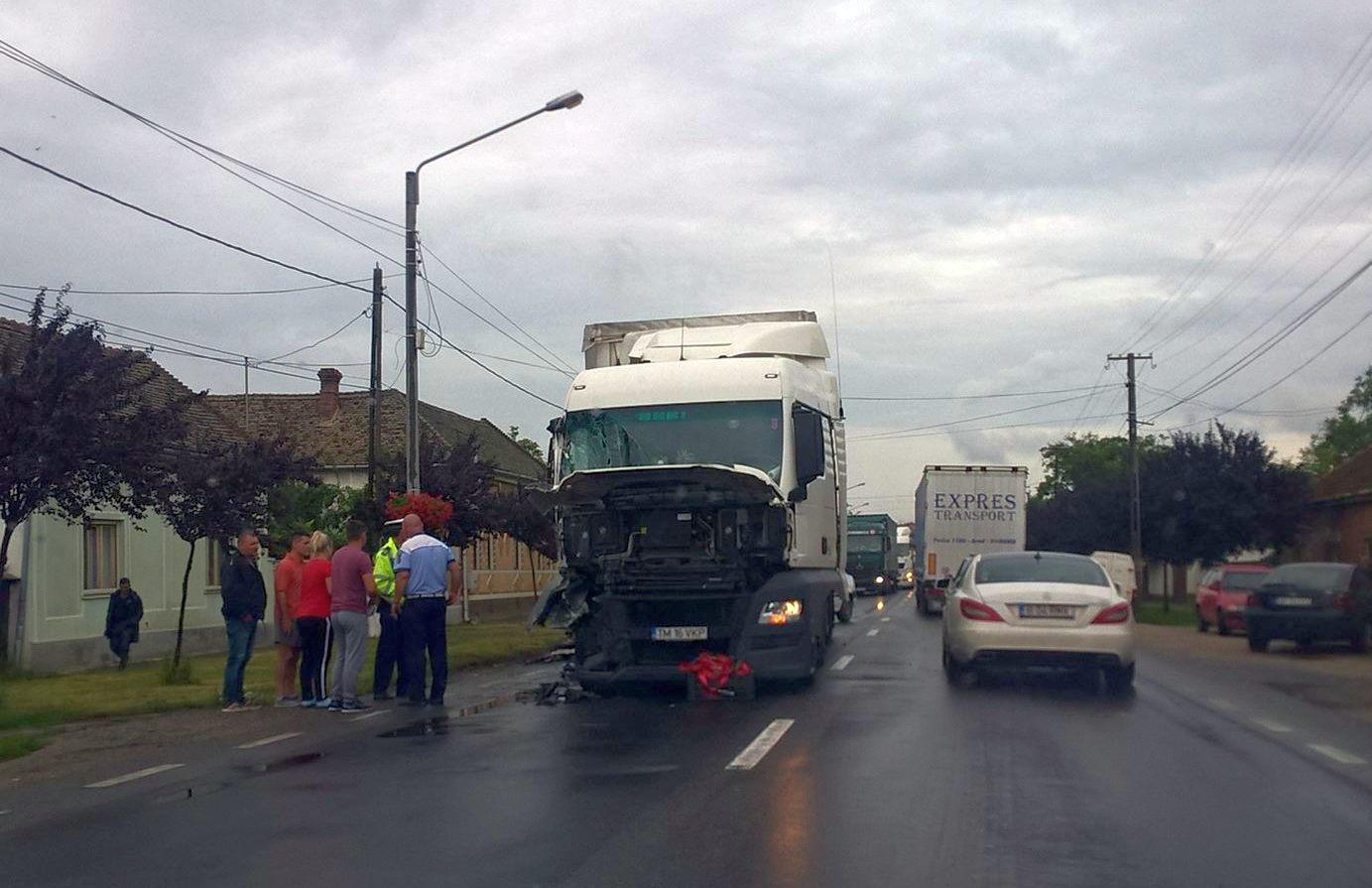Un TIR s-a ciocnit cu un microbuz pe strada 1