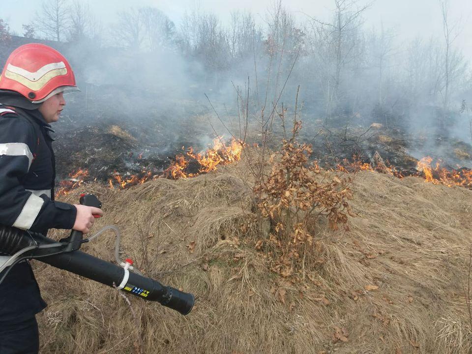 ALERTĂ la SEBIȘ: Case în PERICOL de a lua FOC. Pompierii se LUPTĂ cu FLĂCĂRILE
