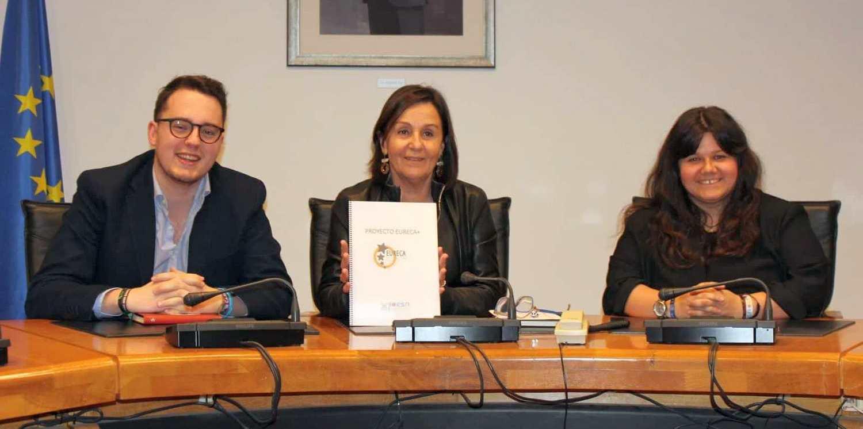 O tânără pecicancă promovează cetățenia activă și predă limba engleză în Spania