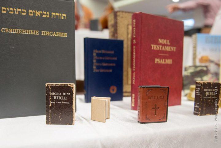 INEDIT: Cea mai mică biblie din lume, ce poate fi citită doar la microscop, expusă în județul Arad