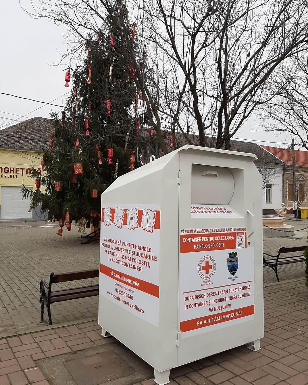 Trei containere pentru donaţii de haine