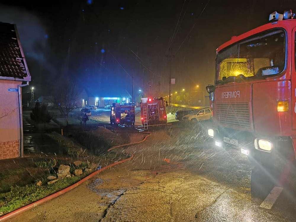 Pompierii au stins un acoperiș în flăcări