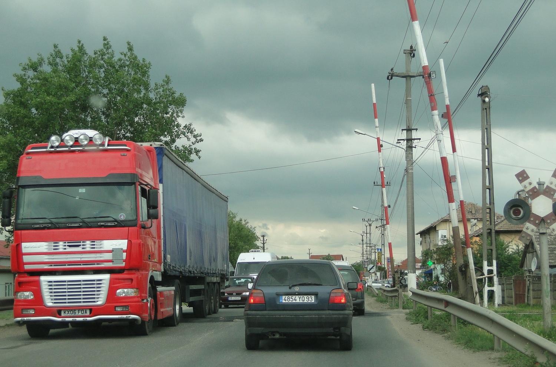 CNAIR va reface din fonduri europene trecerea la nivel cu calea ferată de la intrarea în oraș