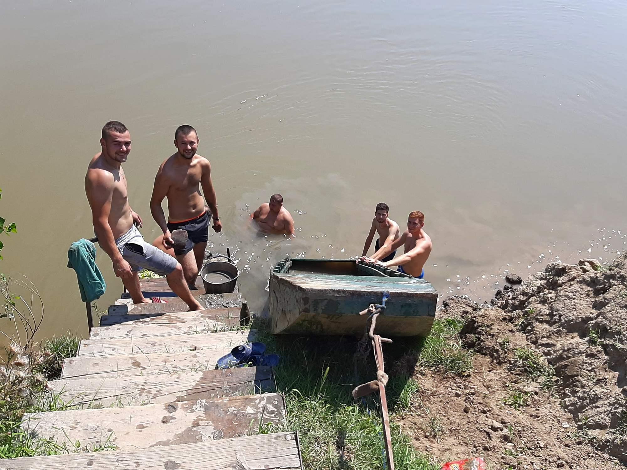 Barcă scufundată în Mureș, scoasă de pompierii voluntari
