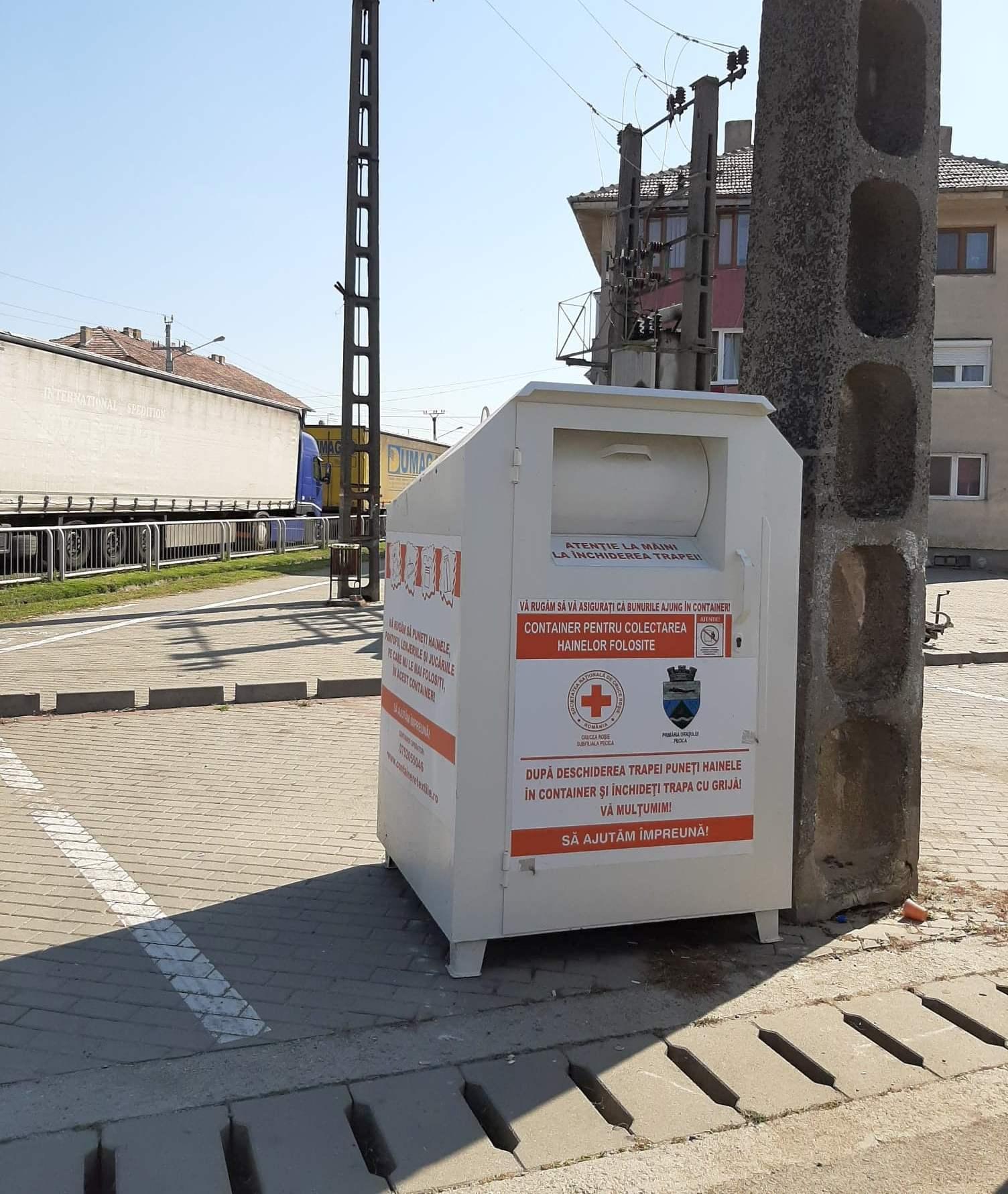 Containerul pentru haine de la Juncanu, mutat vizavi