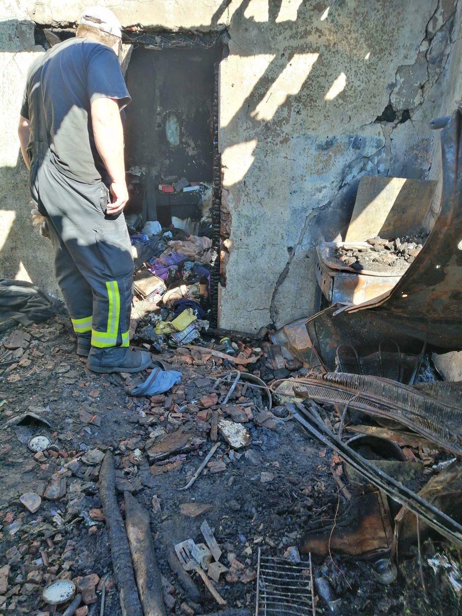 Pompierii sprijină o familie rămasă pe drumuri în urma unui incendiu