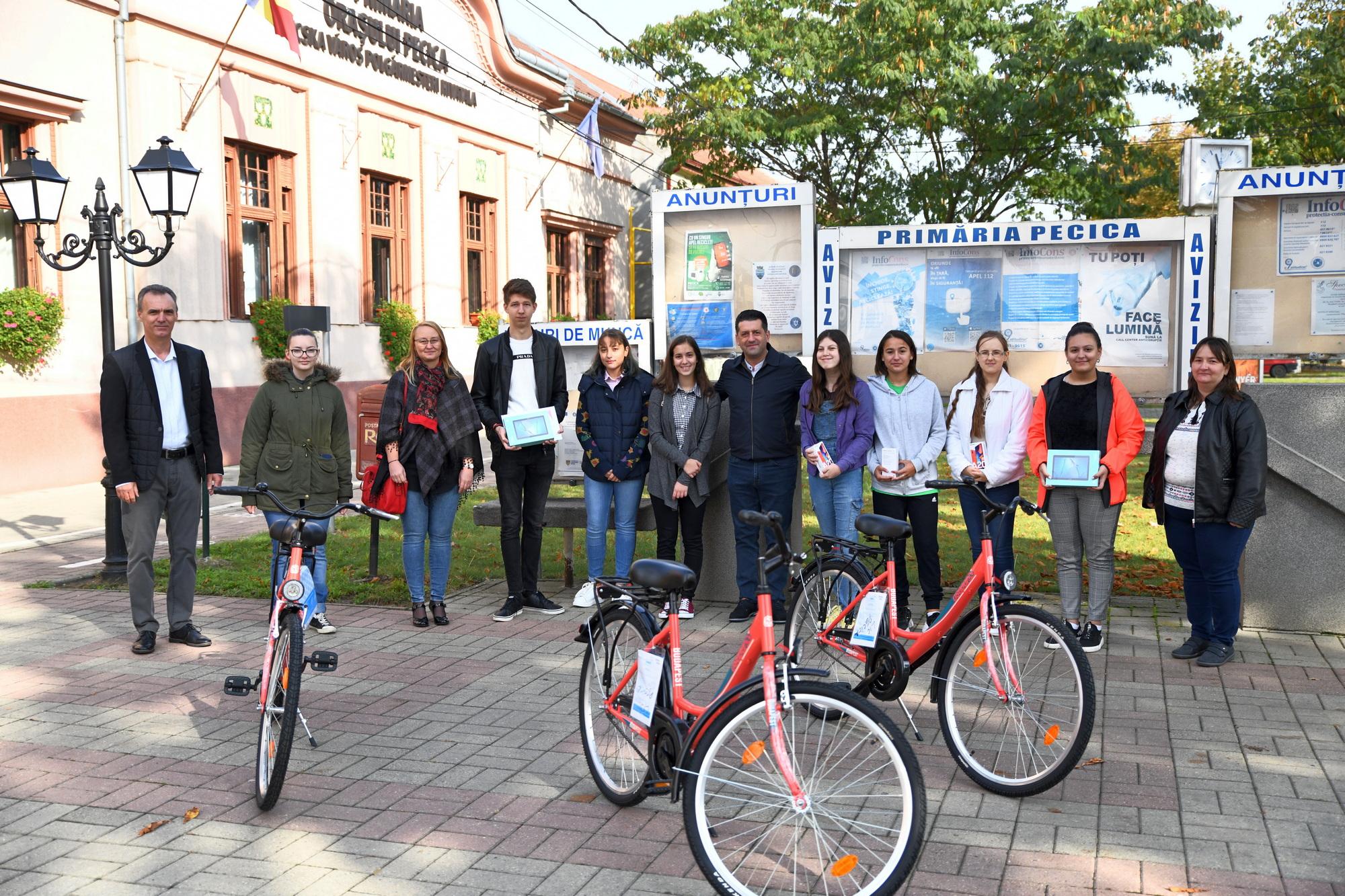 Telefoane, tablete sau biciclete pentru elevii pecicani de nota 10