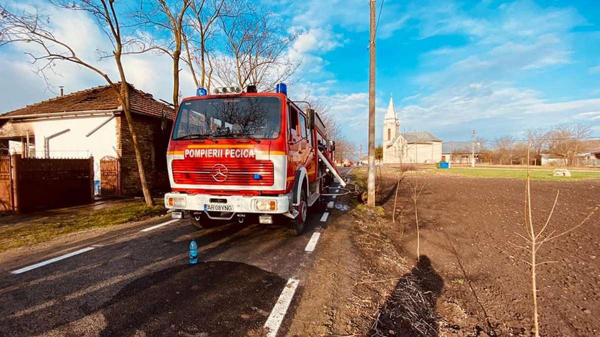 Pompierii chemați la incendiu în Peregu Mare (GALERIE FOTO)