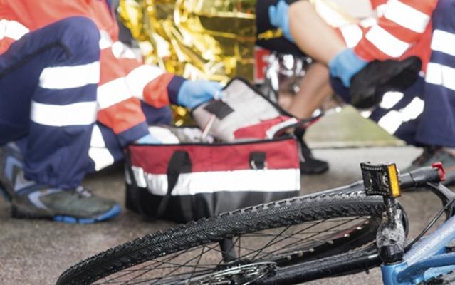 ACCIDENT GRAV în municipiu! Un biciclist a fost LOVIT de un autoturism