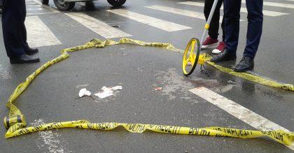ACCIDENT TERIBIL în vestul țării! Un TIR a proiectat o mașină în PIETONII care traversau strada