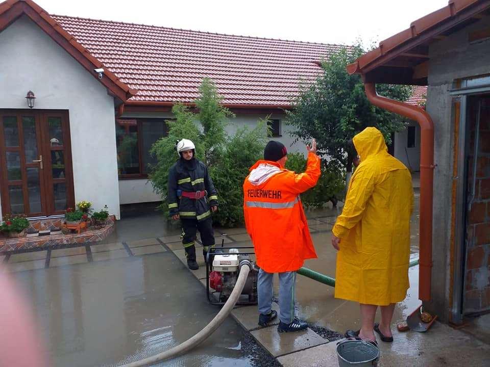 Pompierii au scos apa din mai multe curţi