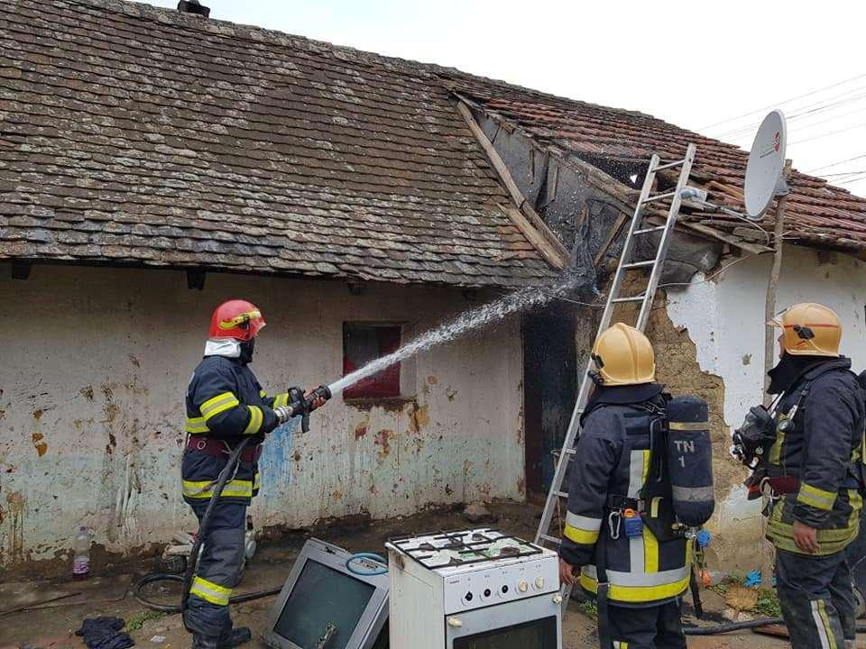 Fetiţă rănită într-un incendiu la locuinţă