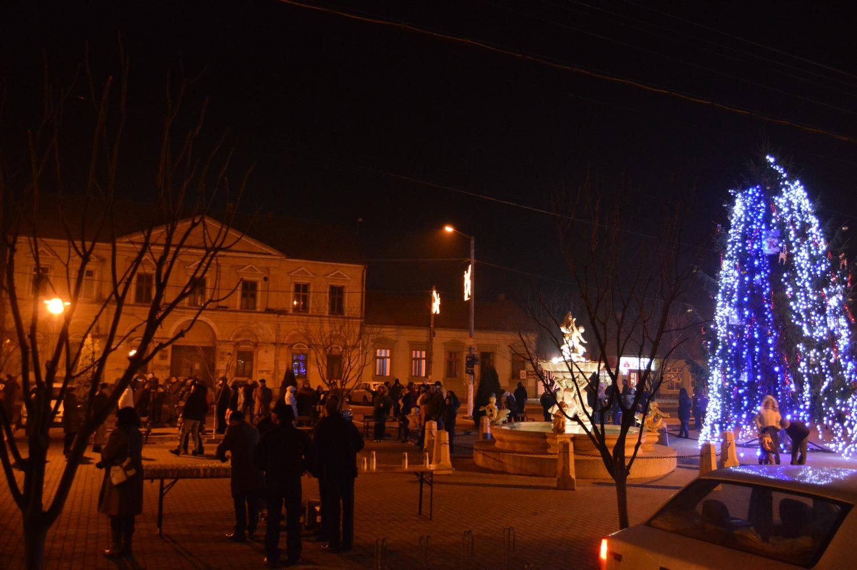 Şampanie şi focuri de artificii, în centrul oraşului, de Revelion