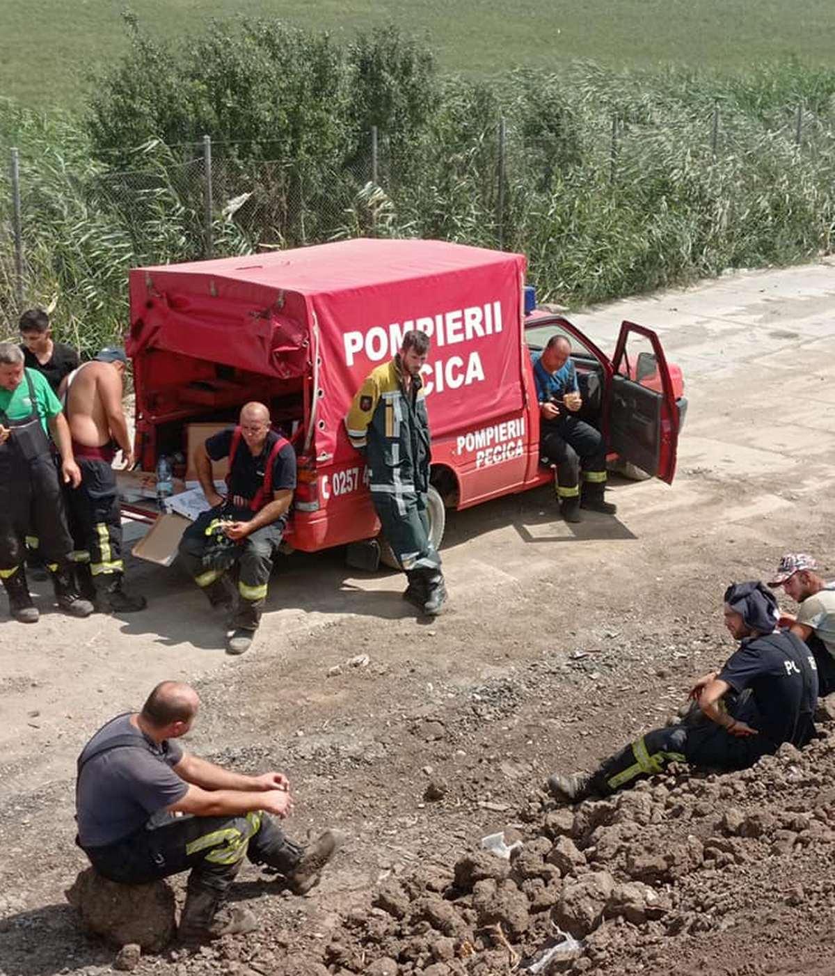Misiune dificilă pentru pompieri (GALERIE FOTO)